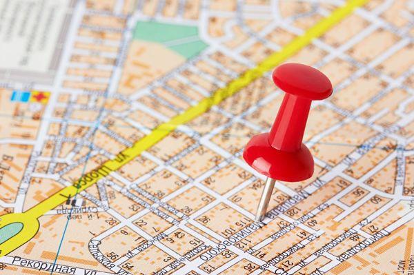 Mapa con una chincheta clavada