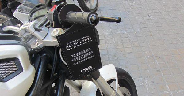 Motocicleta con publicidad colgada