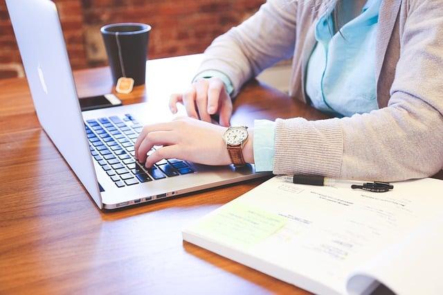 Trabajador con ordenador realizando producción y diseño de campañas
